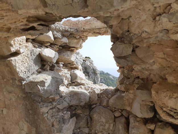 Blick von den ruinen einer kirche in monolithos schloss Premium Fotos
