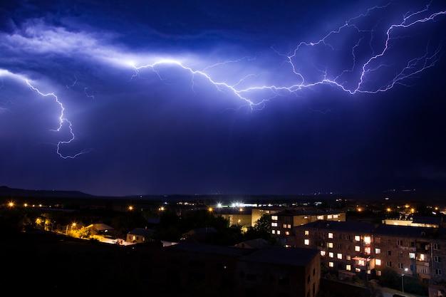 Blitz am himmel in der stadt wetter anomalie katastrophe Premium Fotos
