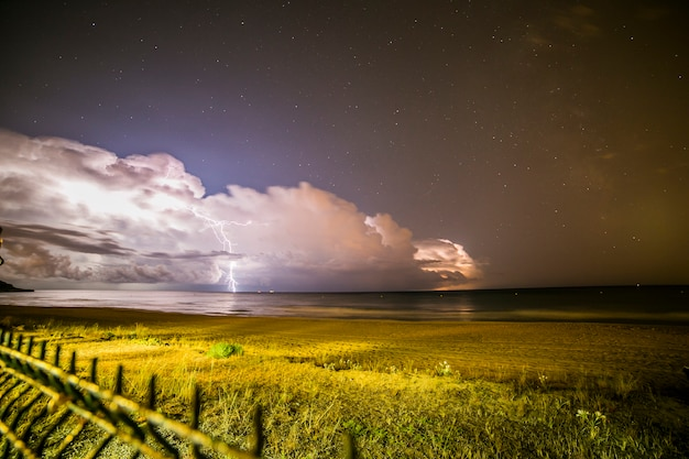 Blitz am strand von platja llarga Premium Fotos