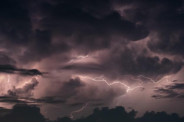 Blitz im regensturm in der nacht Premium Fotos