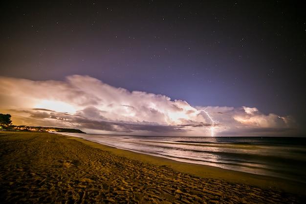 Blitz in platja llarga strand, tarragona, spanien Premium Fotos