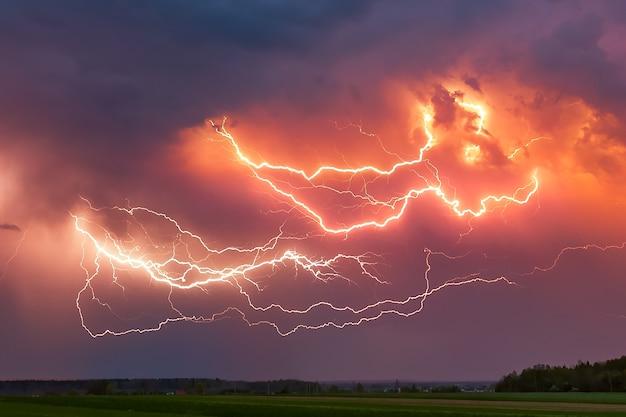 Blitz mit dramatischen gewitterwolken Premium Fotos