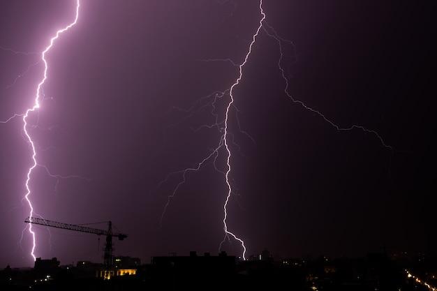 Blitz über der stadt am himmel bei nacht. Premium Fotos