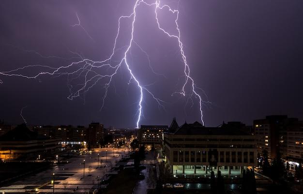Blitz über der stadt. gewitter und blitz über der stadt. Premium Fotos