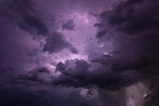 Blitz und regenwolken in der nacht Premium Fotos