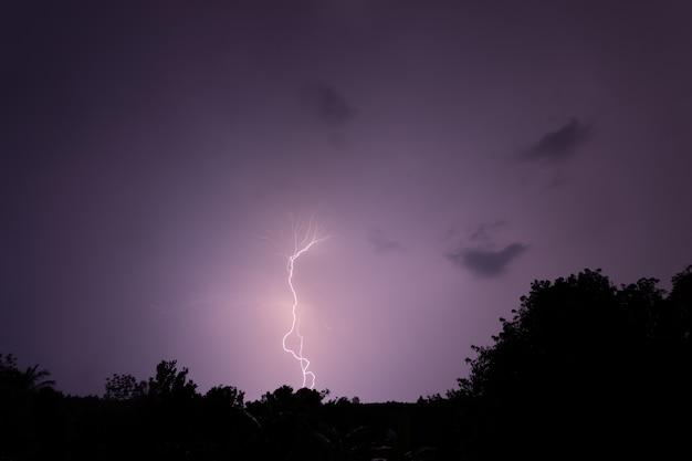 Blitzschlag in der nacht Premium Fotos