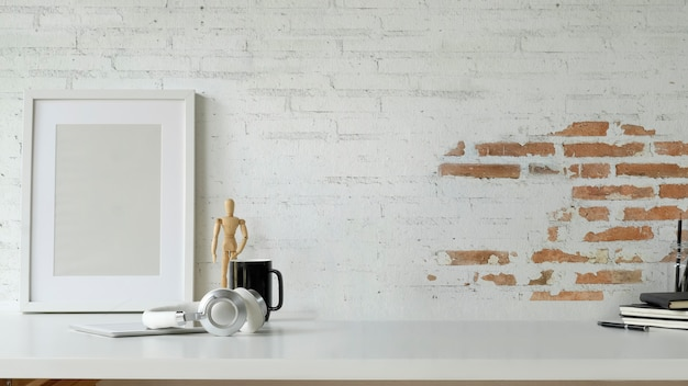Blogger-arbeitsbereich-plakatrahmenmodell mit kopie Premium Fotos