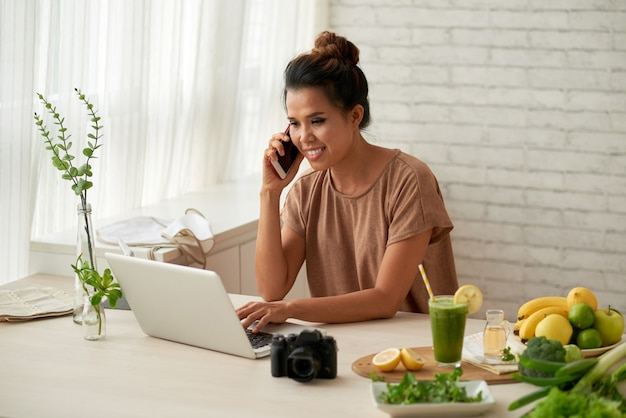Blogger bei der arbeit Kostenlose Fotos