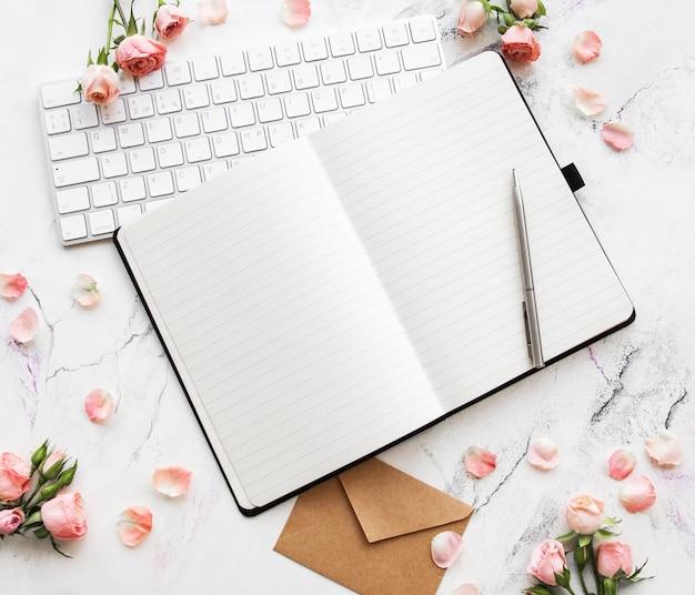 Blogger- oder freelancer-arbeitsbereich Premium Fotos