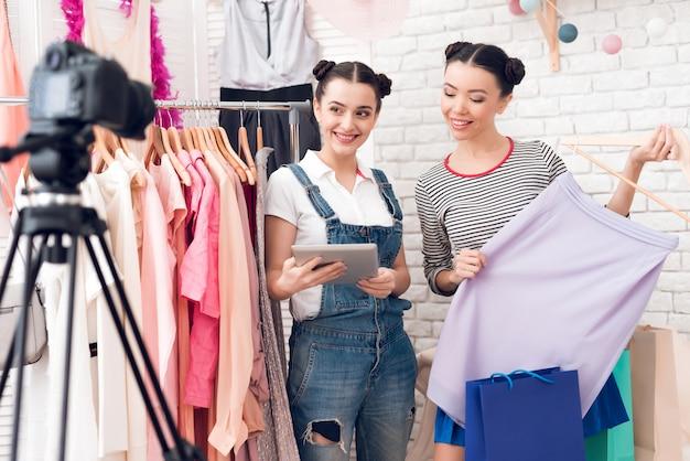 Bloggermädchen präsentieren der kamera ein buntes kleid Premium Fotos