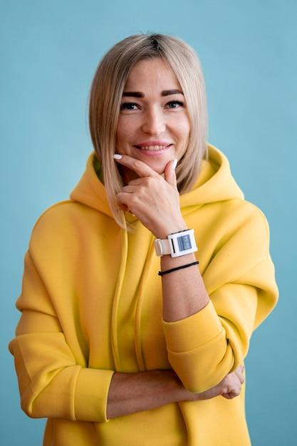 Blonde asiatische frau lächelt Kostenlose Fotos