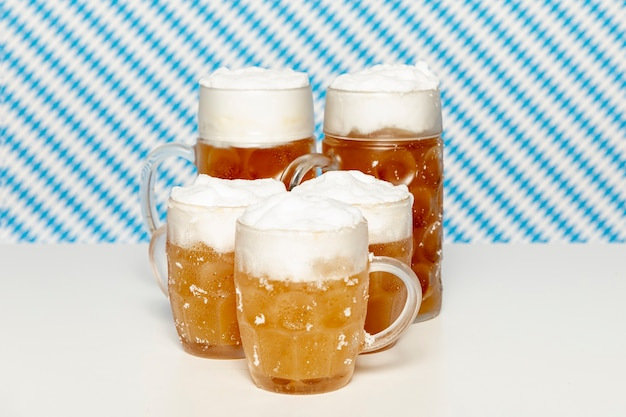 Blonde bierpints auf weißer tabelle Kostenlose Fotos