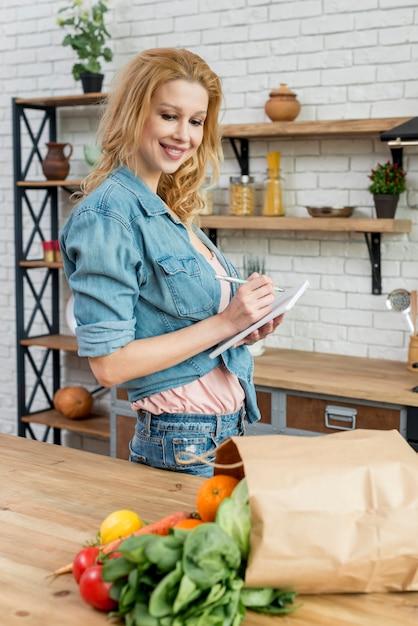 Blonde frau in der küche Kostenlose Fotos