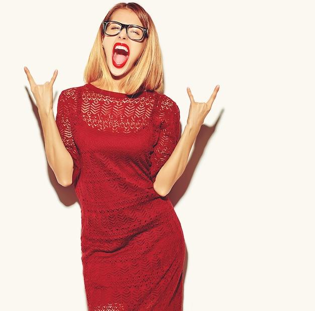 Blonde frau mädchen im roten kleid mit brille Kostenlose Fotos