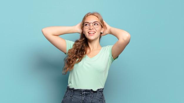 Blonde hübsche frau lächelt und fühlt sich entspannt