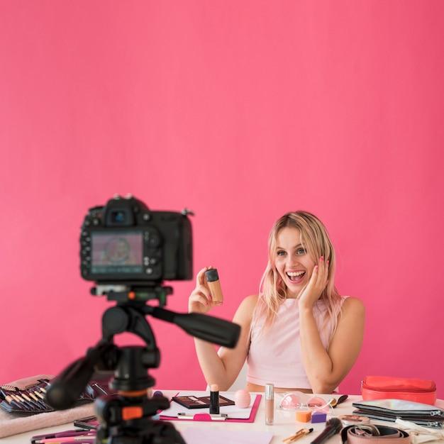 Blonde influencer-aufnahme macht video Kostenlose Fotos
