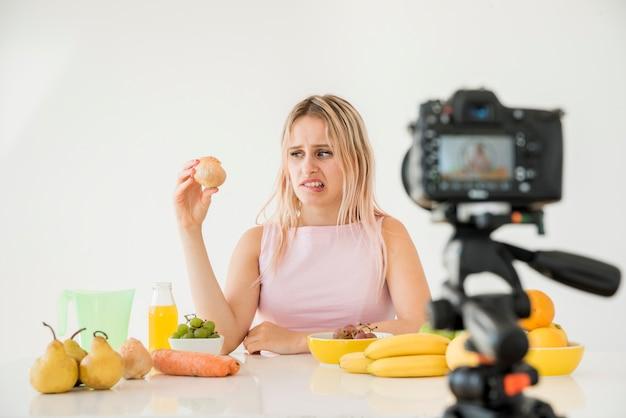 Blonde influencer aufnahme von nahrungsmitteln Kostenlose Fotos