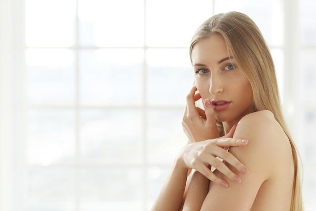 Blonde junge frau posiert Kostenlose Fotos