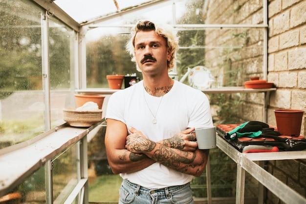 Blonder mann sein sein gewächshaus Kostenlose Fotos