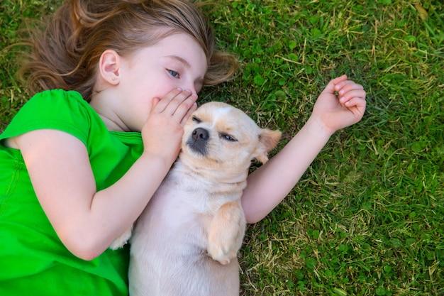 Blondes glückliches mädchen mit ihrem chihuahuahündchenporträt Premium Fotos