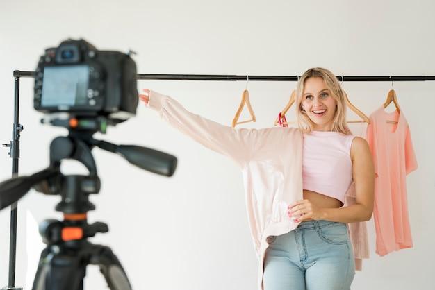 Blondes influencer, das mode-video aufzeichnet Kostenlose Fotos