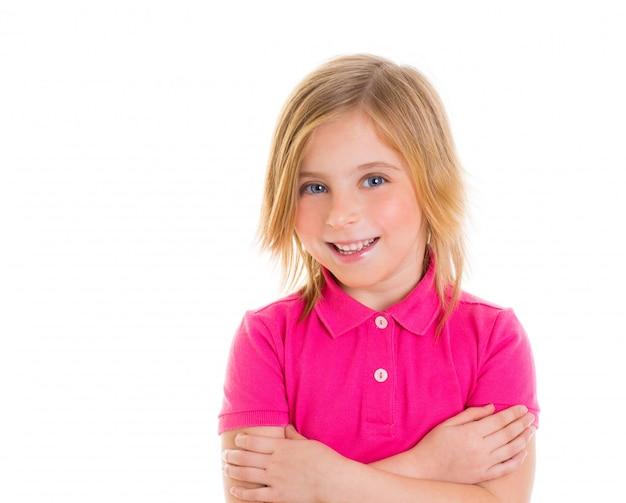 Blondes kindermädchen mit lächelndem porträt des rosafarbenen t-shirts Premium Fotos