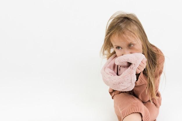 Blondes kleines mädchen, das mode aufwirft Kostenlose Fotos