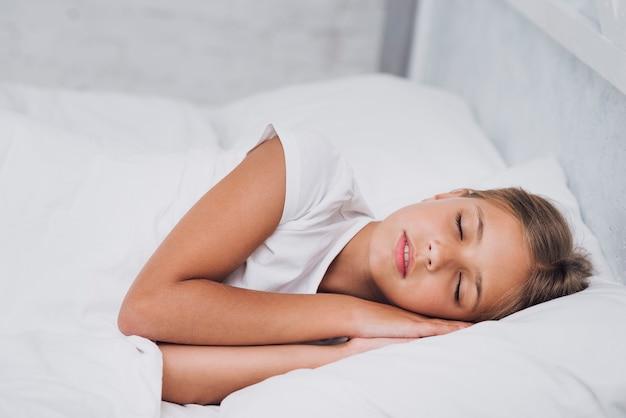 Blondes kleines mädchen schläft Premium Fotos