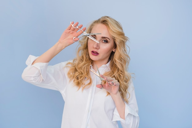 Blondes mädchen, das ihr haar schneidet Kostenlose Fotos