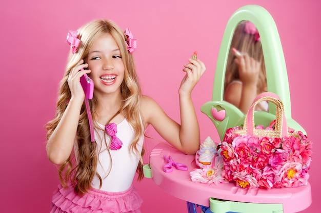 Blondes mädchen der kindermodepuppe, das handy spricht Premium Fotos