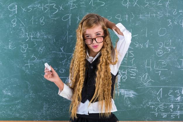 Blondes mädchen des sonderlingsschülers im grünen schulmädchen Premium Fotos