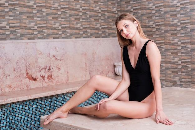 Blondes mädchen des vollen schusses, das zuhause aufwirft Kostenlose Fotos