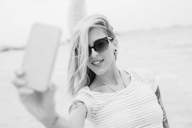 Blondie macht selfie, schwarzweiss-foto. Premium Fotos