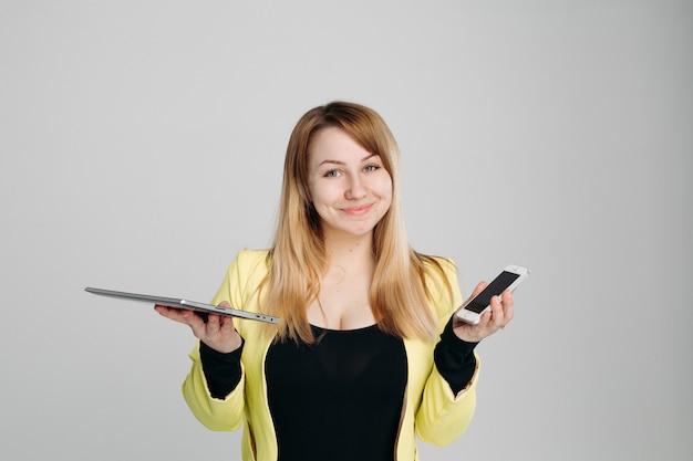 Blondine mit tablet-computer und handy Premium Fotos