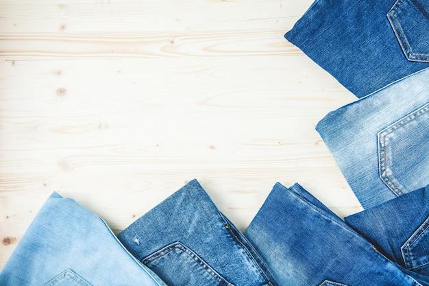 Blue jeans auf einer draufsicht hölzernen hintergrund kopien-raumes Premium Fotos