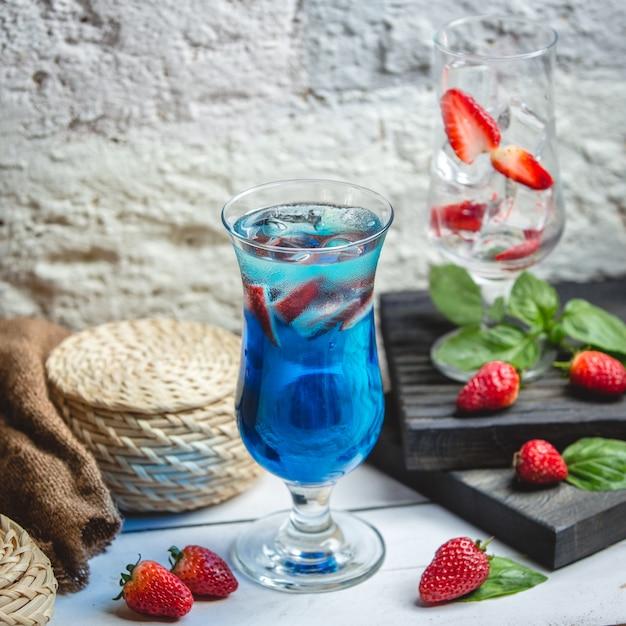 Blue lagoon cocktail auf dem tisch Kostenlose Fotos