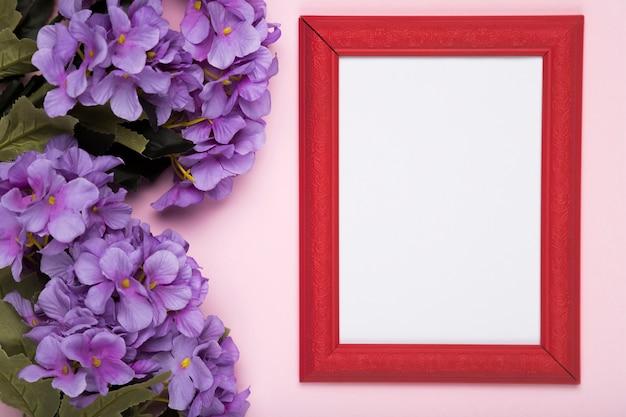 Blühende blumen neben dem rahmen Kostenlose Fotos