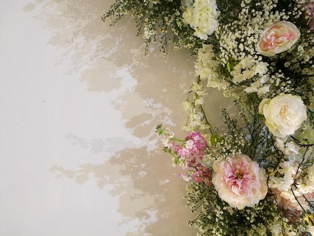 Blühende empfindliche rosen und orchidee der flora auf festlichem hintergrund der blühenden blumen Premium Fotos