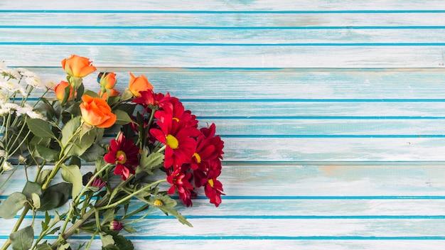 Blüht blumenstrauß auf holztisch Kostenlose Fotos