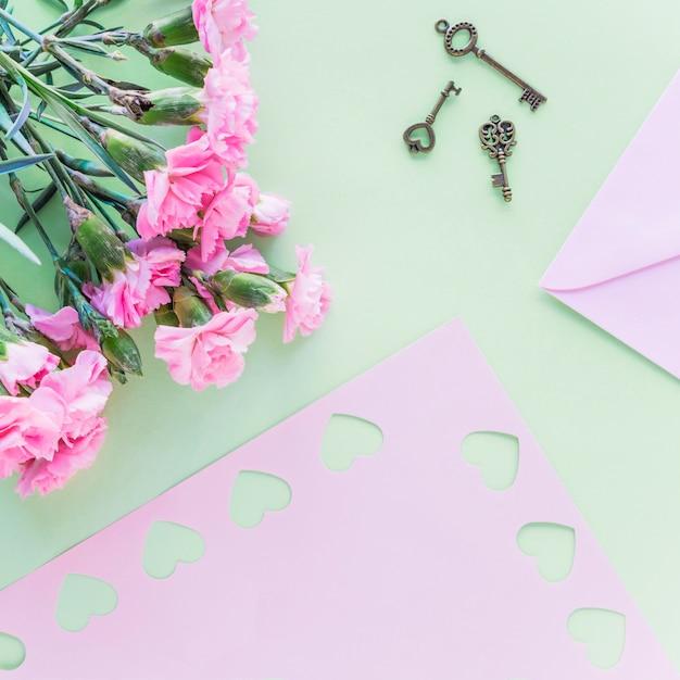 Blüht blumenstrauß mit kleinen schlüsseln auf tabelle Kostenlose Fotos