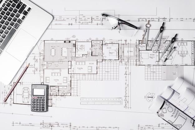 Blueprint und laptop mit zubehör Kostenlose Fotos
