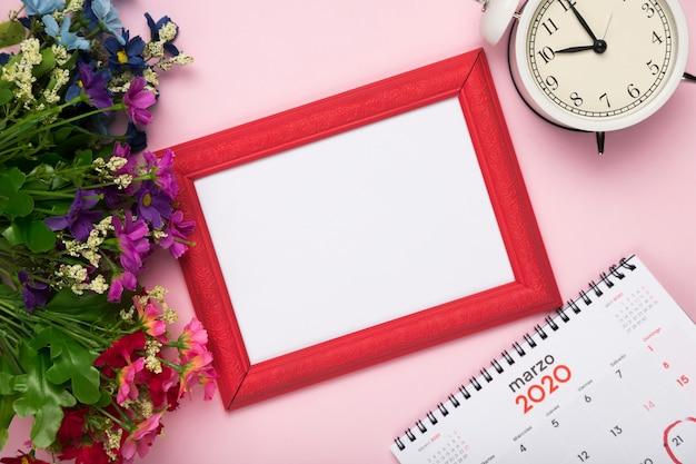 Blütenblumen mit kalender und uhr Kostenlose Fotos