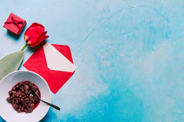 Blume, marmelade in der schüssel, geschenkbox und umschlag Kostenlose Fotos