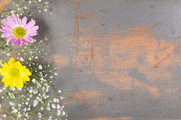 Blumen auf schäbiger holzoberfläche Kostenlose Fotos