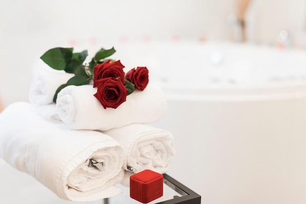 Blumen, handtücher und schmuckkästchen in der nähe von whirlpool Kostenlose Fotos