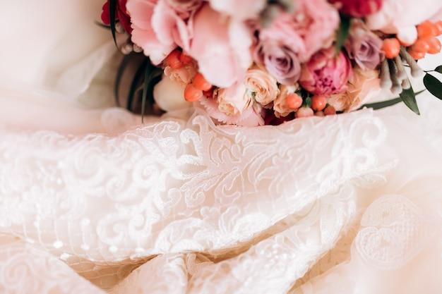 Blumen liegen nahe hochzeitskleid Kostenlose Fotos
