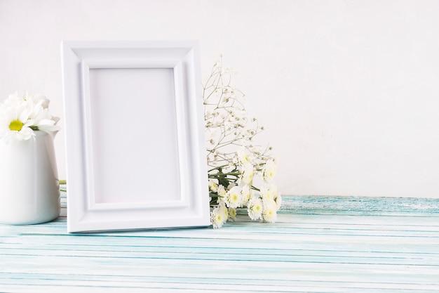 Blumen mit leerem rahmen auf tabelle Kostenlose Fotos