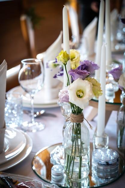 Blumen restaurantdekoration für weddind tisch der jungvermähltenfeier Premium Fotos