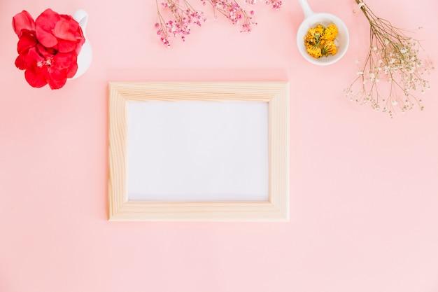 Blumen und einen rahmen Kostenlose Fotos