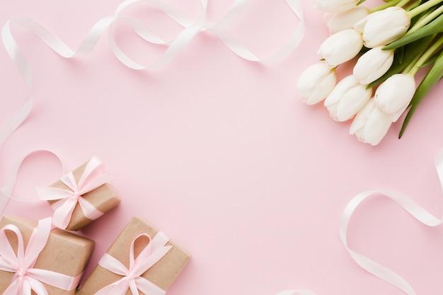 Blumen und geschenkboxen mit draufsicht des bandes Premium Fotos